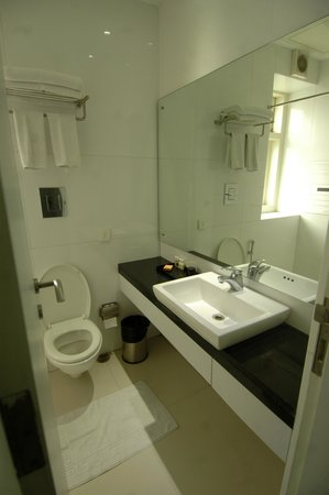 Sapphire Suites: Bright, clean and modern bathroom