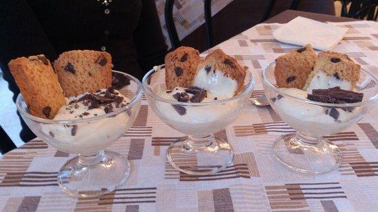 Hotel Tosi: coppa con crema e biscotti al cioccolato fatti al momento