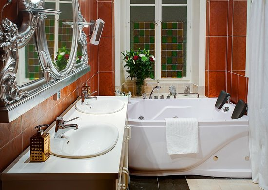 Luxury Apartments Stockholm: Big Bathroom with jacuzzi and separate shower