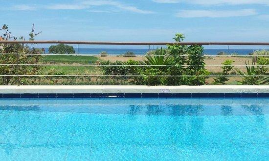 Corali Villas: Vue de la piscine vers la mer