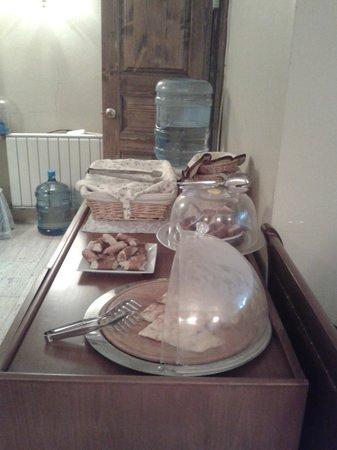 Istanbul Inn Hotel: Отдельный столик с хлебом, булками и прочей выпечкой.