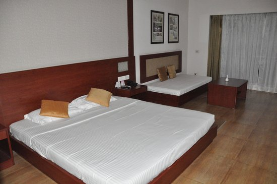 Sinclairs Retreat Dooars, Chalsa: Large clean room