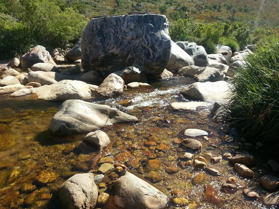 Du Kloof Lodge: Stream flowing close by... nice to cool off in