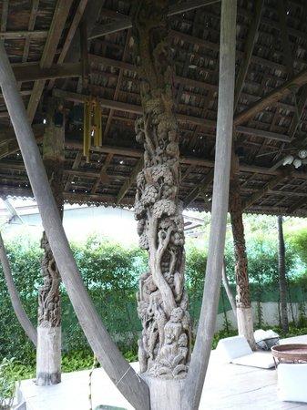 Charlie House Pinklao: Charlie House, carved pillar