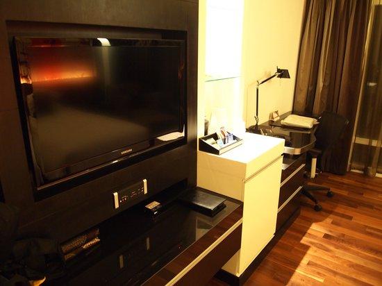 Park Plaza Bangkok Soi 18: TV and writing desk