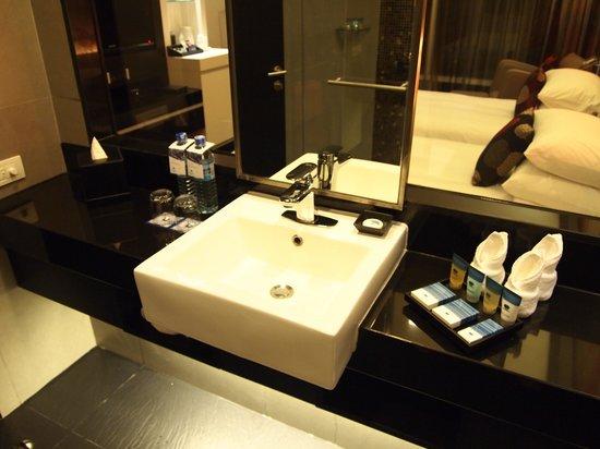 Park Plaza Bangkok Soi 18: Washroom