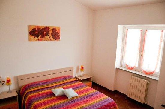 A casa di Ameli B&B: Stanza arancio: spaziosa, silenziosa con ingresso indipendente.