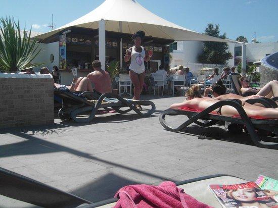 Relaxia Lanzaplaya Apartments: lanzaplay zwembad-bar