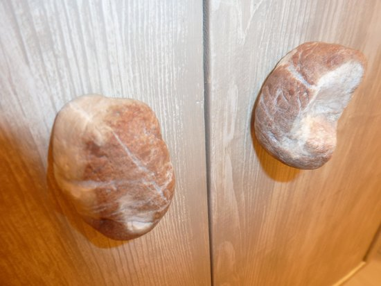Fiumicino Airport B&B: Doorknobs made from rocks on the bathroom cupboard....cool!