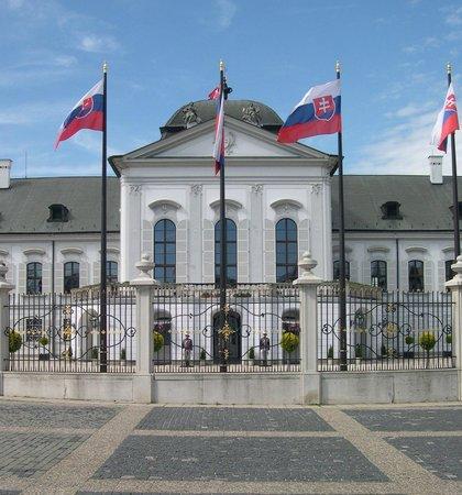 Tatra Hotel: Presidential Palace virtually next door on main roundabout, has lovely gardens & free access.