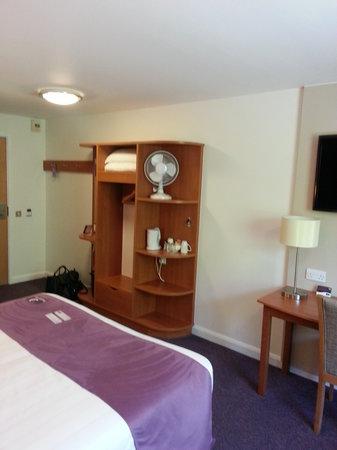 Premier Inn Stockport South Hotel: Some wardrobe space