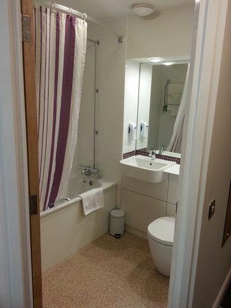Premier Inn Stockport South Hotel: Small but clean bathroom