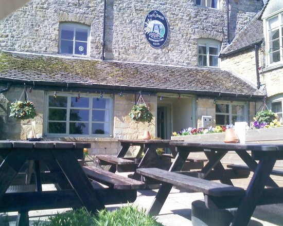 Coach & Horses Inn: FRONT VIEW & BEER GARDEN