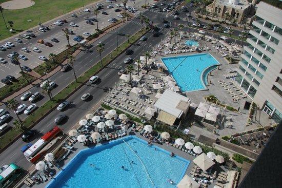 Dan Panorama Tel Aviv: Vista camera: piscina hotel