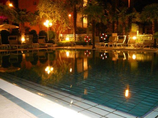 Hotel Garda - TonelliHotels: la piscina di sera