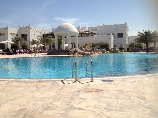 Sharq Village & Spa, a Ritz-Carlton Hotel : Pool by Beach