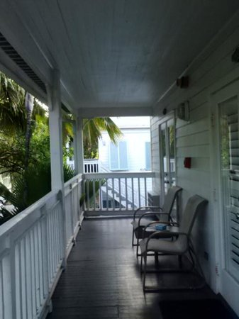 The Paradise Inn: covered porch walkway to room