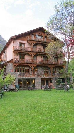 Hotel Estanys Blaus: hotel desde el jardin