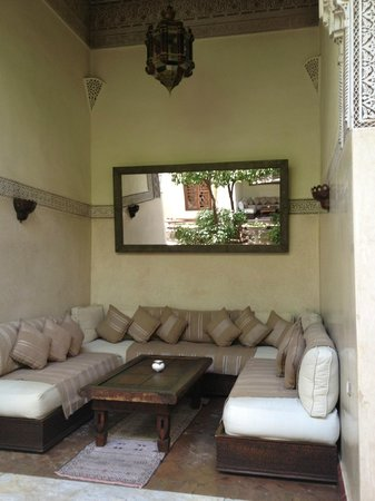 La Villa des Orangers - Hôtel: Sitting Areas in Courtyard