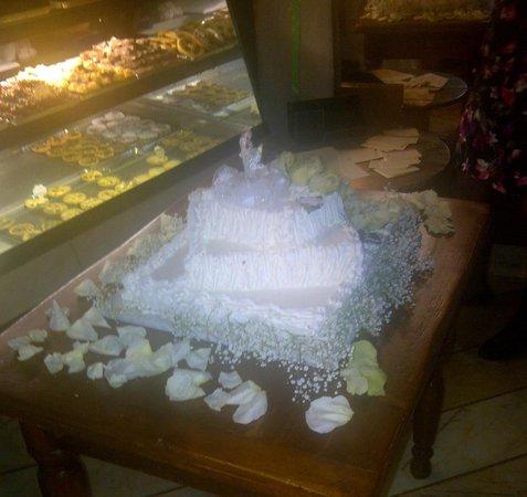 Pasticceria Ferretti: The completed millefoglie wedding cake