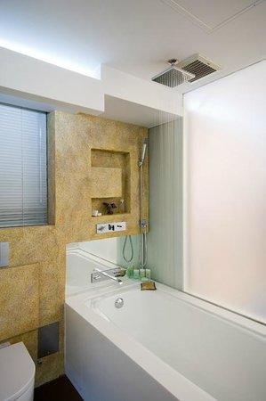 V Wanchai Hotel: Bathroom
