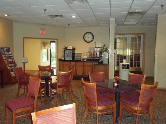Clarion Hotel Lexington Conference Center: Free hot breakfast
