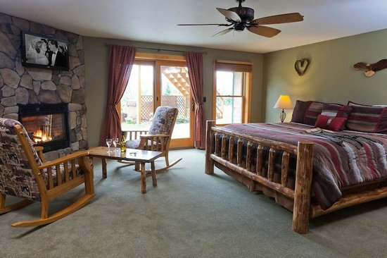 Bear Mountain Lodge: Eagle Nest's beautiful stone fireplace and custom log bed