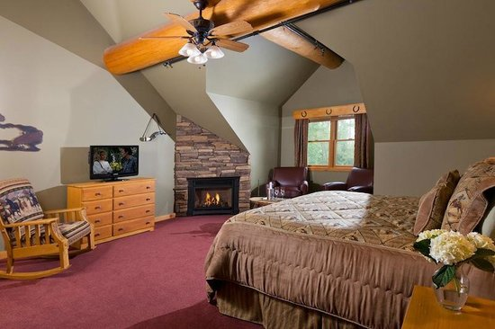 Bear Mountain Lodge : Cowboy Roundup, Gorgeous 2nd Floor Room with stone fireplace