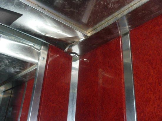 Vista Hill: ascenseur donnant à notrer chambre au ss sol