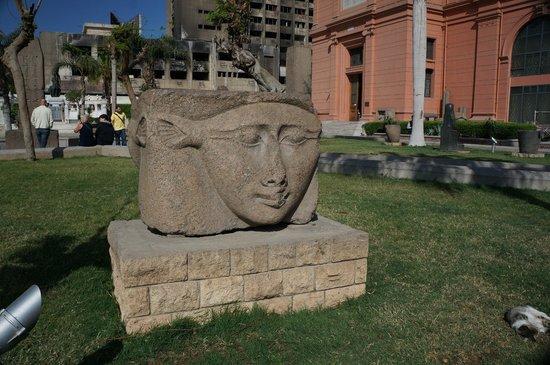 Luxor-Museum: Goddess Hathor sculpture in front of museum