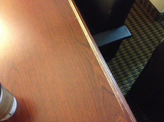 Quality Inn & Suites: Worn out Desk would make good firewood