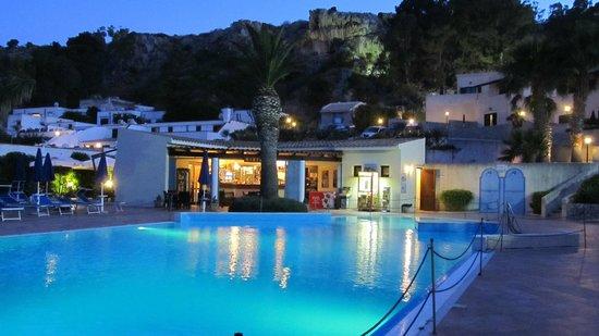 Hotel / Villaggio Cala Mancina: Pool in der Dämmerung