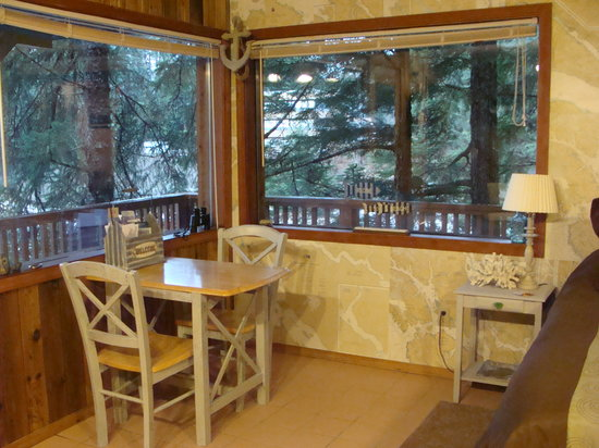 Alaska Beach House Bed & Breakfast : Enjoy the view while you eat.