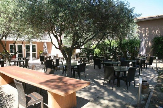 Best Western Plus Hyeres Cote D'Azur : jardin restaurant