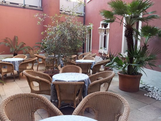 Hotel Europa Skypool & Panorama: Internal garden for breakfast