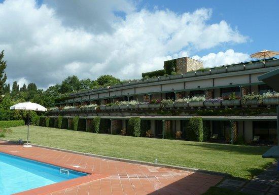 Hotel Terre di Casole: die beiden Hotelebenen vom Garten aus gesehen