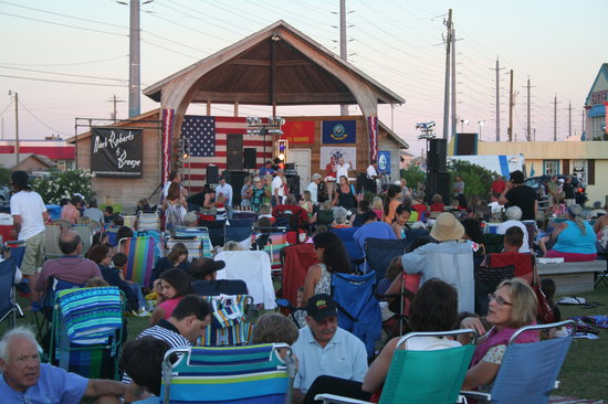 Soundside Park : Live music and other entertainment is often offered in the park.