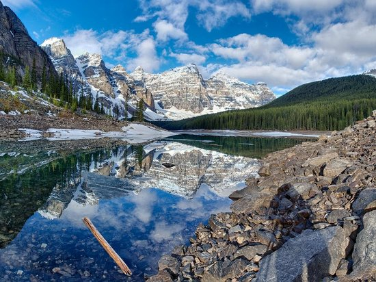 Moraine Lake Lodge: One hour after sunrise from the bottom of the rockpile