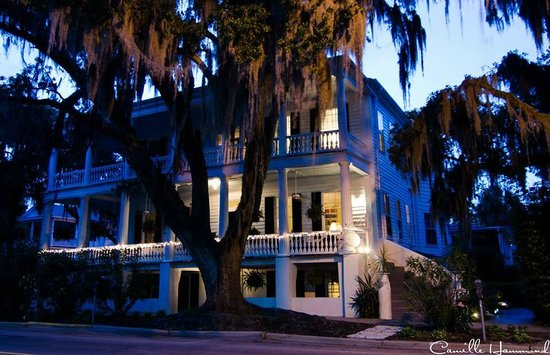 The Rhett House Inn: Rhett House at night