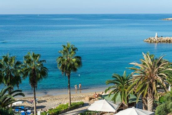 Coral Beach Hotel & Resort: Resort's Sandy Beach