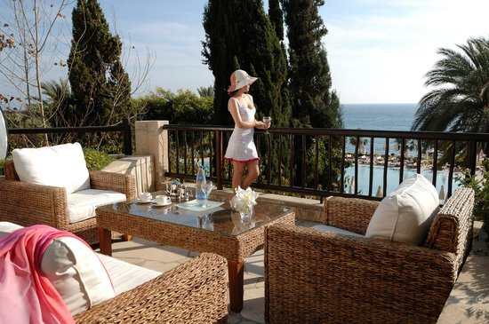Coral Beach Hotel & Resort: Dionyssos terrace for drinks & Snacks