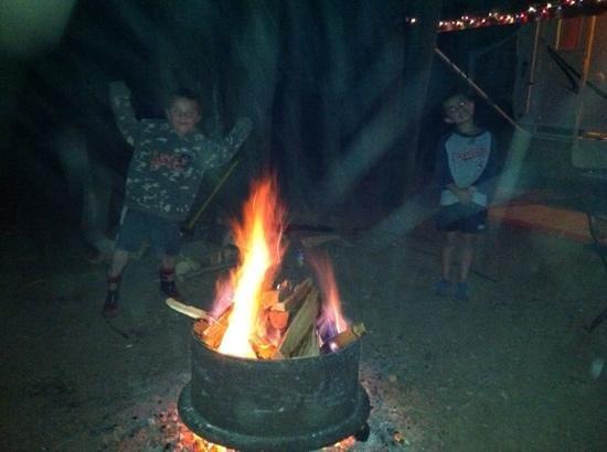 Lock 30 Woodlands RV Campground Resort: Camp fire fun!