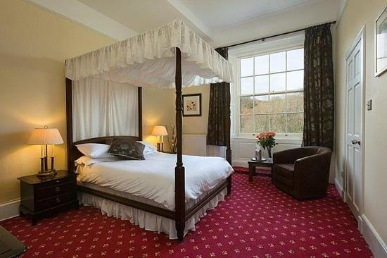 Killin Hotel Restaurant: one of the four poster bridal rooms, comfy bed! spacious! en suite! beautiful view! ect. ect. ec