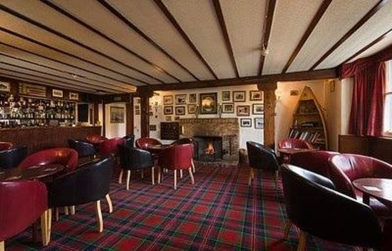 Killin Hotel Restaurant: welcoming bar area. large range or drinks, every whiskey you could imagine on offer!