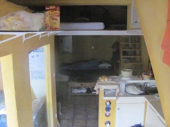 La Cigale et la Fourmi : Kitchen and owners' bed below