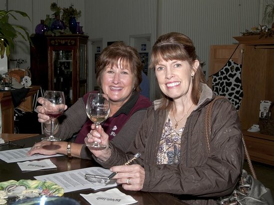RagApple Lassie Vineyards: Jane and my sister enjoying their wine tasting