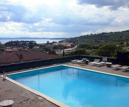 Hotel Cavalieri: foto della piscina fatta appena sono usciti i primi raggi di sole dopo settimane di pioggia...