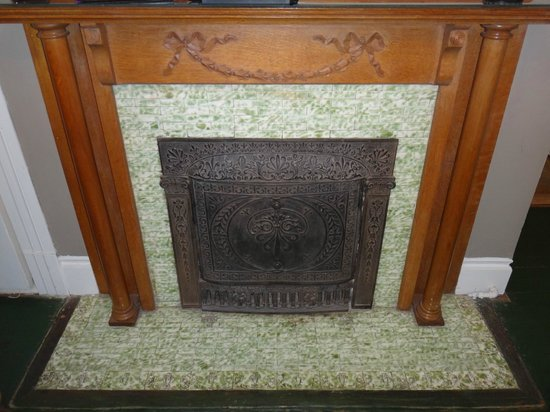 Sweet Cane Inn: Fireplace in The Magnolia Suite