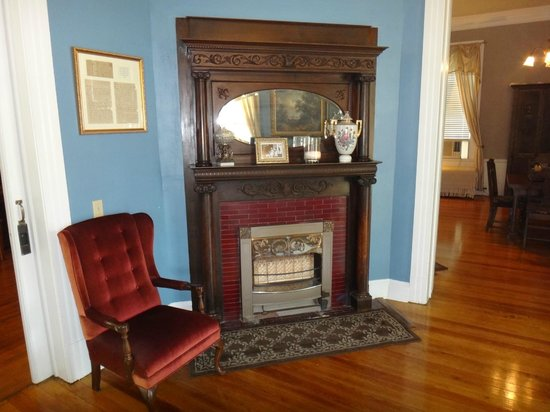 Sweet Cane Inn: Fireplace in the Common Area