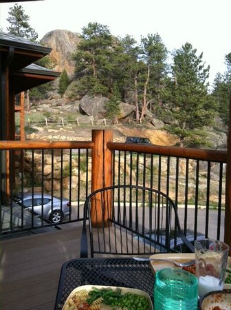 Black Canyon Inn: View of the grounds from the deck